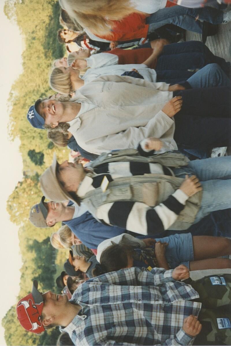Den här bilden kommer från Sveriges 4Hs riksläger 1996. Förmodligen är det någon form av morgongymnastik som utförs.